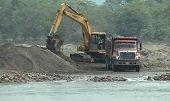 Alarma en el Río Tocaría por explotación de materiales que desvían su cauce