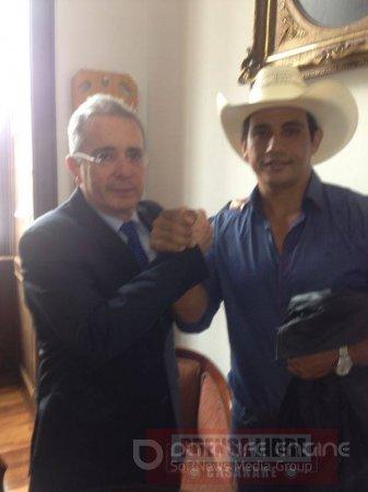 Alirio Barrera a la silla de la Gobernación acompañado de Uribe